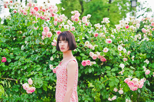 花の前に立つ女性の素材 [FYI00603599]