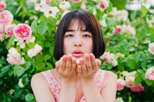 手のひらに花をのせる女性の素材 [FYI00603600]