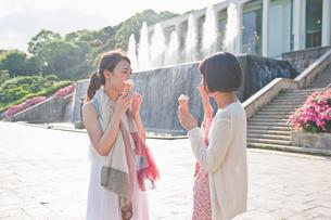 ソフトクリームを食べる女性の素材 [FYI00603603]