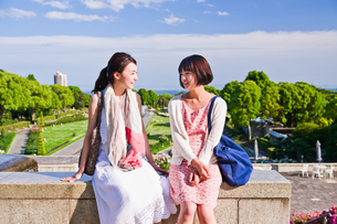 座って会話する女性二人の素材 [FYI00603606]