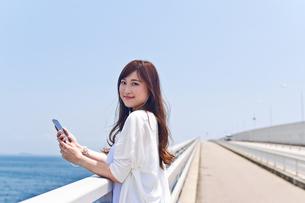橋の上で音楽を聴く女性の素材 [FYI00603616]