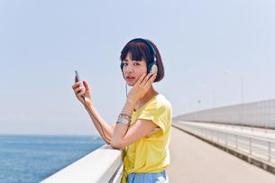 スマホで音楽を聴く女性の素材 [FYI00603623]