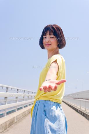 手を伸ばす女性の素材 [FYI00603632]