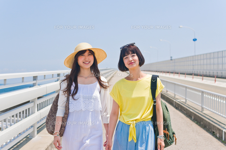 橋を歩く女性二人の写真素材 [FYI00603640]