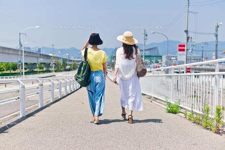 歩く女性の後ろ姿の素材 [FYI00603642]