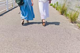 歩く女性二人の足元の素材 [FYI00603644]