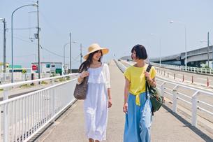 会話しながら歩く女性二人の素材 [FYI00603645]