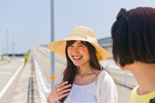 笑顔で会話する女性の素材 [FYI00603649]