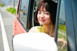 車の運転席から外を見る女性の素材 [FYI00603650]