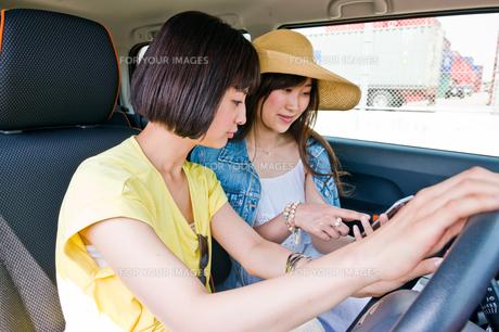 停車してスマホで道を探す女性の写真素材 [FYI00603652]