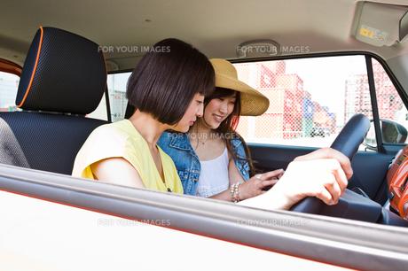 停車してスマホで道を探す女性の素材 [FYI00603654]