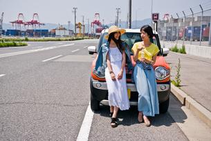 車の前で会話する女性二人の素材 [FYI00603655]
