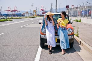 車の前で会話する女性二人の素材 [FYI00603656]