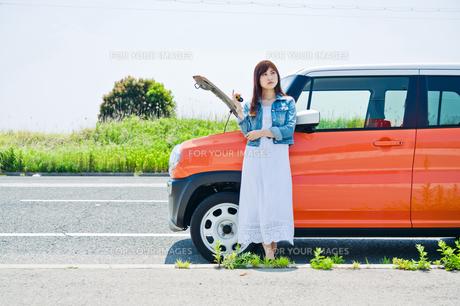 故障した車の前で鍵を持って立つ女性の素材 [FYI00603657]