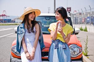 車の前で会話する女性二人の素材 [FYI00603659]