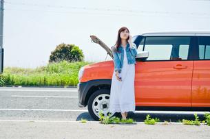 故障した車の前で電話する女性の素材 [FYI00603660]