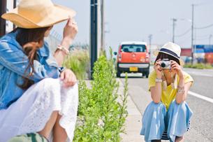 友人の写真を撮る女性の素材 [FYI00603664]