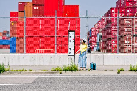 バス停に立つ女性の素材 [FYI00603669]