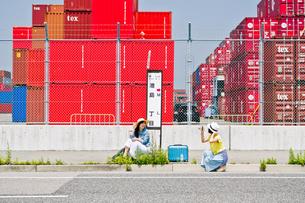 バス停で写真を撮る女性の写真素材 [FYI00603671]