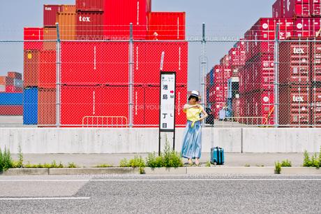 バス停でバスを待つ女性の素材 [FYI00603672]