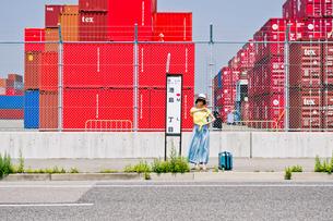 バス停でバスを待つ女性の写真素材 [FYI00603672]