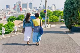 坂道を歩く女性二人の素材 [FYI00603684]