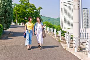 坂道を歩く女性二人の素材 [FYI00603685]