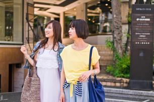 買い物をする女性の写真素材 [FYI00603687]
