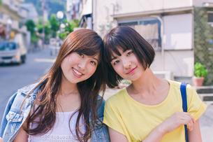 笑顔の女性二人の写真素材 [FYI00603694]