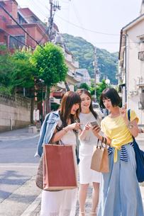 スマホで道を探す女性三人の素材 [FYI00603697]