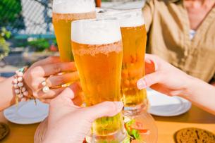 ビールで乾杯の素材 [FYI00603698]