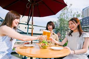 女子会でビールで乾杯する女性の素材 [FYI00603699]