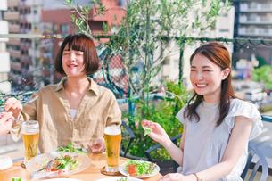 女子会の食事シーンの写真素材 [FYI00603702]