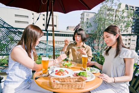 女子会の食事シーンの素材 [FYI00603704]