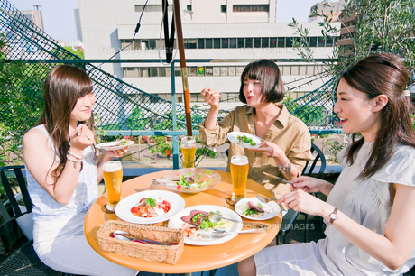 女子会の食事シーンの写真素材 [FYI00603706]