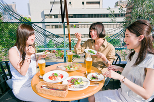 女子会の食事シーンの素材 [FYI00603706]
