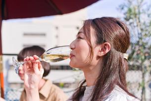 シャンパンを飲む女性の素材 [FYI00603710]