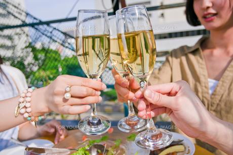 シャンパンで乾杯する女子会の素材 [FYI00603712]