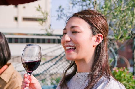 ワインを飲む女性の素材 [FYI00603714]