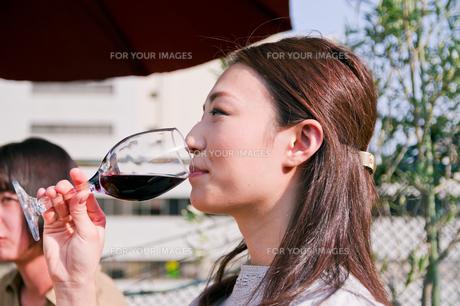 ワインを飲む女性の素材 [FYI00603715]