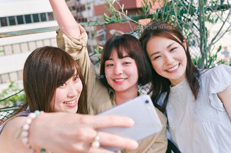 自撮りをする女性三人の素材 [FYI00603716]