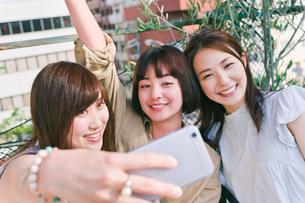 自撮りをする女性三人の写真素材 [FYI00603716]