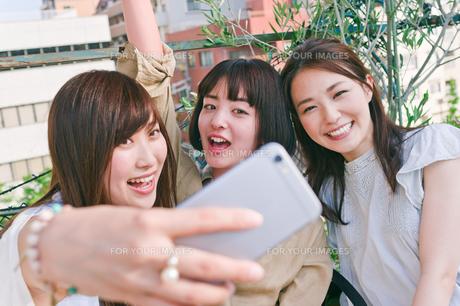 自撮りをする女性三人の素材 [FYI00603720]