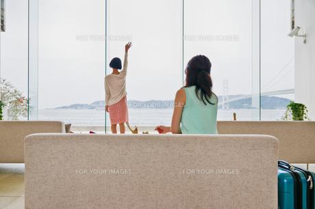 海に向かって手を振る女性の素材 [FYI00603724]