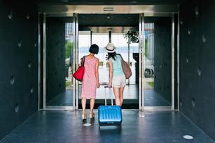 ホテルに入る女性二人の後ろ姿の素材 [FYI00603726]