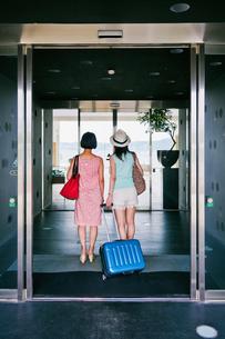 ホテルに入る女性二人の後ろ姿の素材 [FYI00603727]