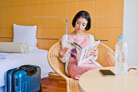 ホテルで本を読む女性の素材 [FYI00603734]