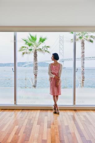 窓際に立つ女性の素材 [FYI00603735]