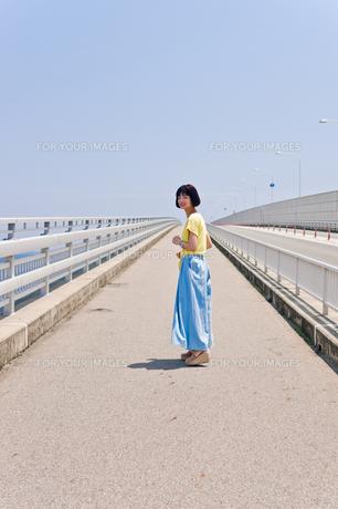 橋の上を歩く女性の素材 [FYI00603748]