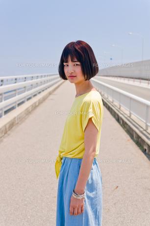橋の上に立つ女性の素材 [FYI00603751]